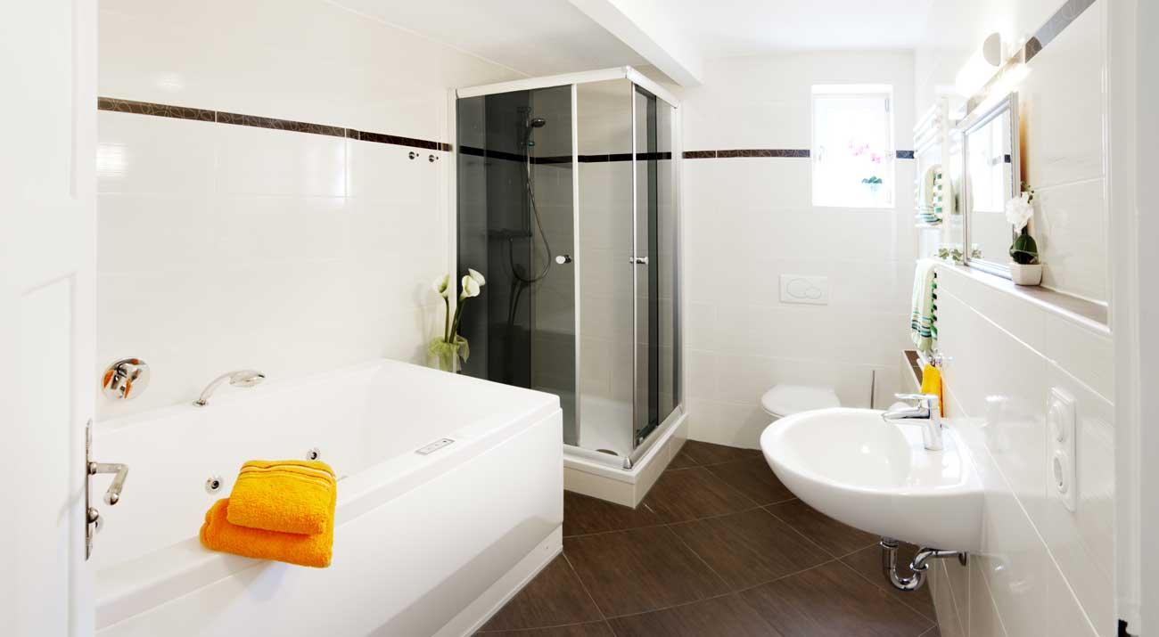 Badezimmer mit Dusche und Badewanne in der Ferienwohnung von Gabi Moritz