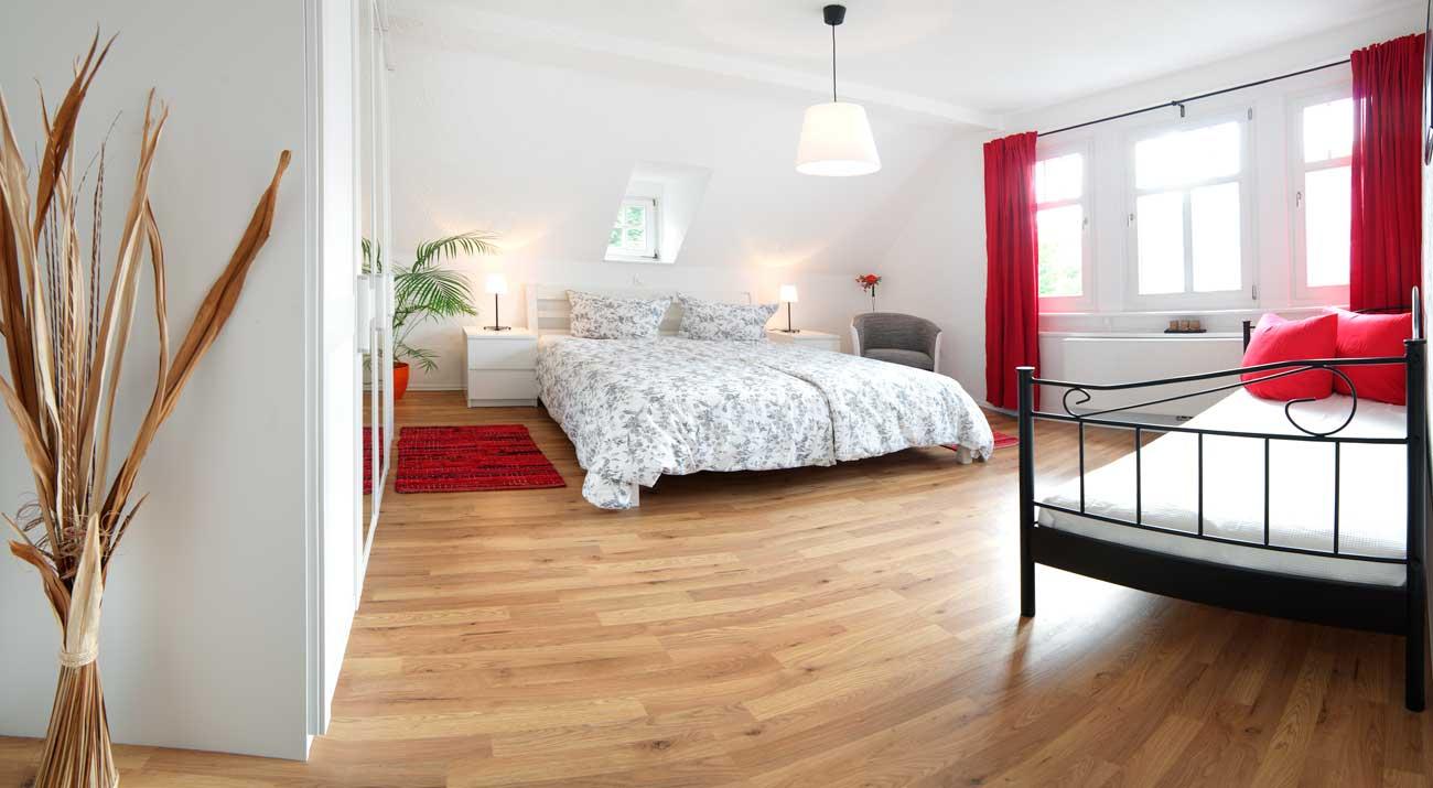 Schlafzimmer mit zwei Betten in der Ferienwohnung von Gabi Moritz