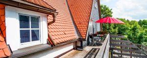 Terasse mit Sitzmöbeln in der Ferienwohnung in Suhl von Gabi Moritz