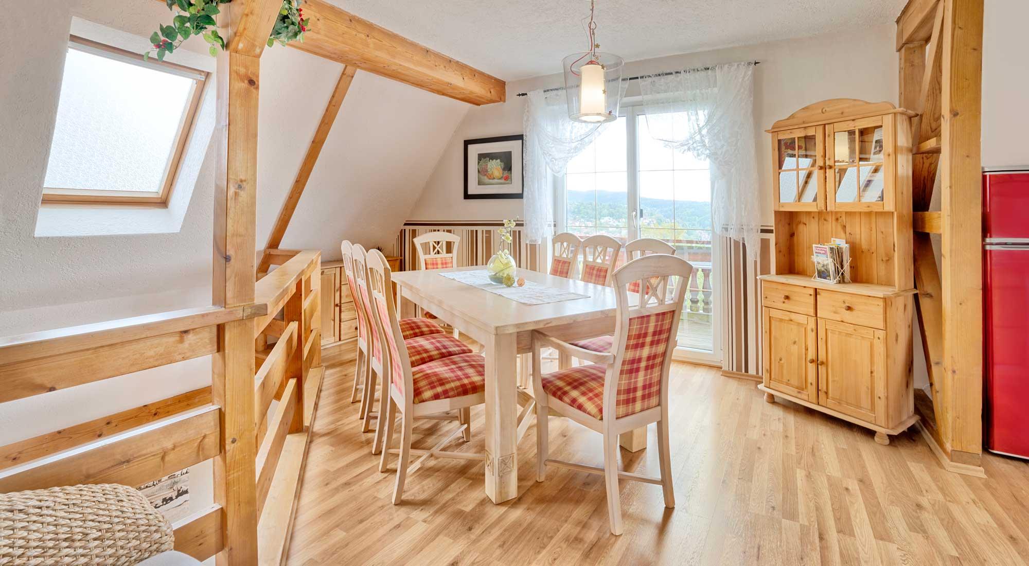 Esszimmer mit Esstisch im Ferienhaus Schöne Aussicht von Gabi Moritz