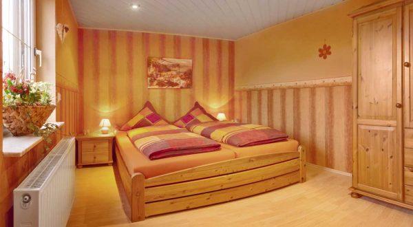 Schlafzimmer mit Doppelbett im Ferienhaus Schöne Aussicht von Gabi Moritz