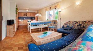 Wohnzimmer mit Küche im Ferienhaus Rhönblick, Thüringen