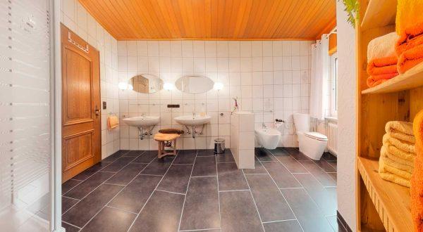 Großes Badezimmer im Ferienhaus Rhönblick von Gabi Moritz