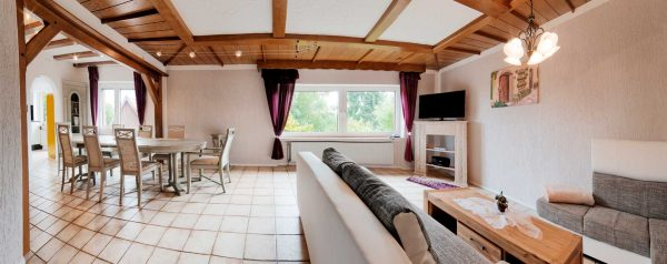 Wohnzimmer mit Esstisch im Ferienhaus von Gabi Moritz in Thüringen