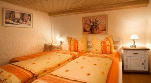 Bett im Schlafzimmer Ferienhaus Moritz in Oberweid