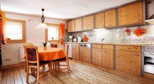 Küche mit Esstisch im Ferienhaus Gabi Moritz, Thüringen