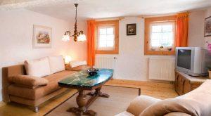 Großes Wohnzimmer mit Sitzecke im Ferienhaus Gabi Moritz in Oberweid