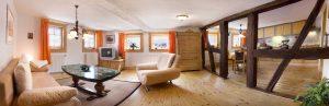 Wohnzimmer mit offener Küche im Ferienhaus Moritz