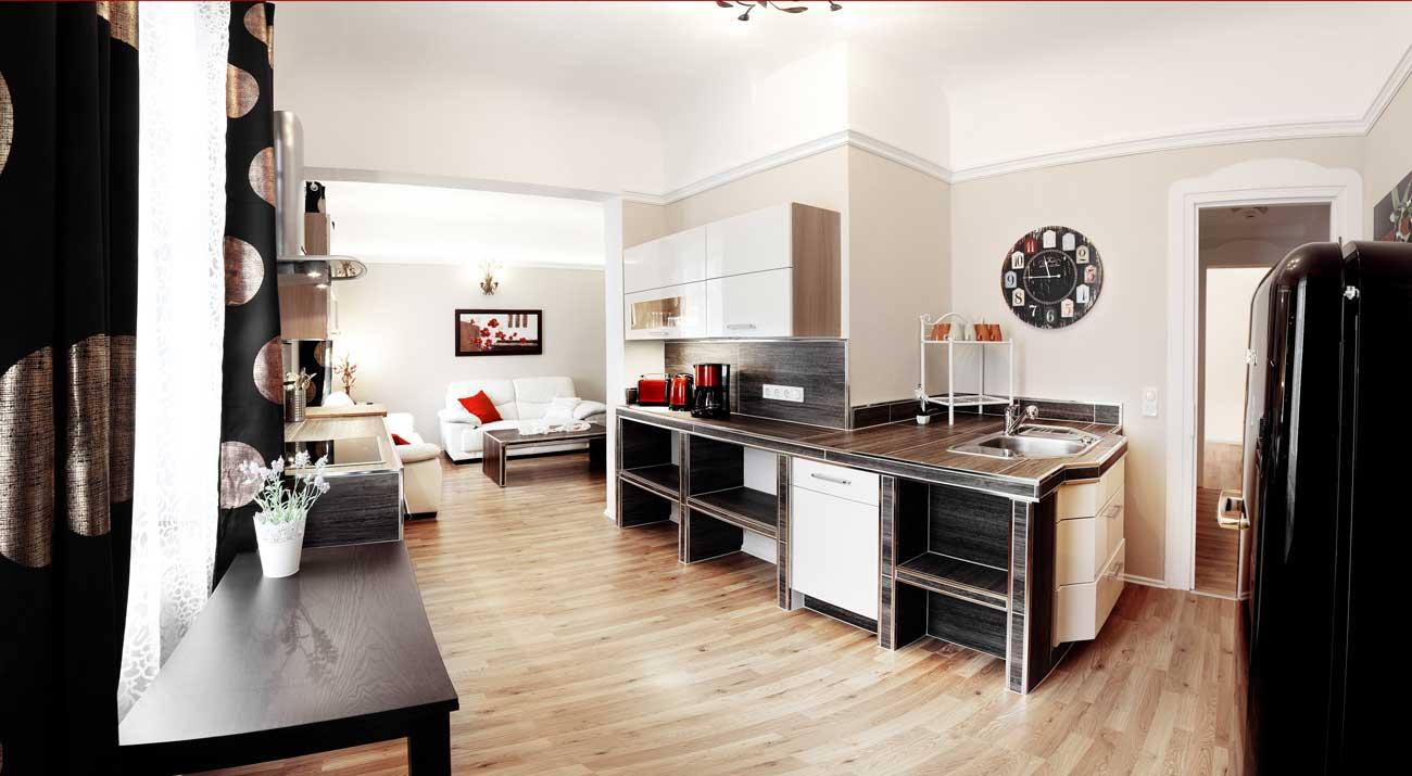Küche mit Kühlschrank und Küchenzeile in der Ferienwohnung Suhler Stadtperle