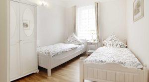 Schlafzimmer mit zwei Einzelbetten in der Ferienwohnung in Suhl Thüringen
