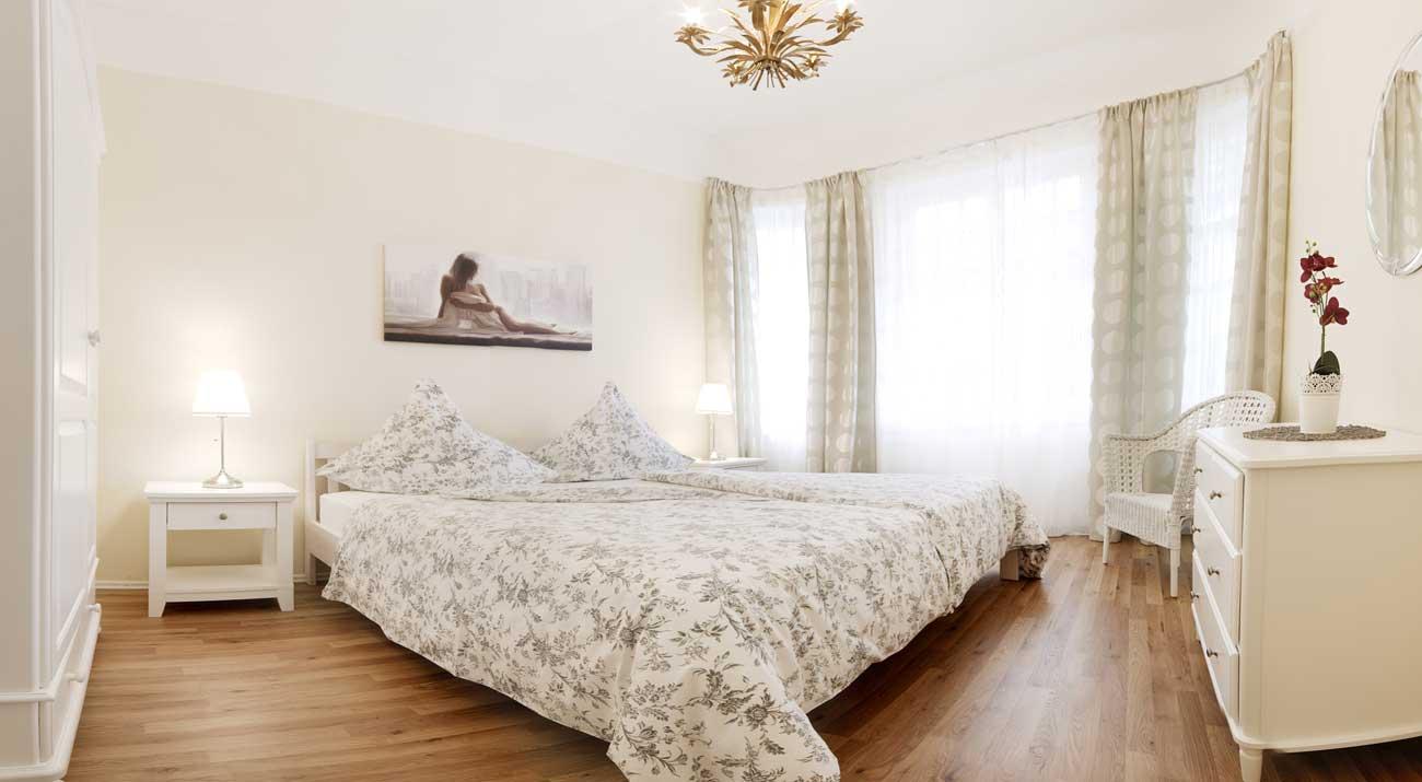 Zweites Schlafzimmer mit Doppelbett in der Ferienwohnung von Gabi Moritz in Suhl