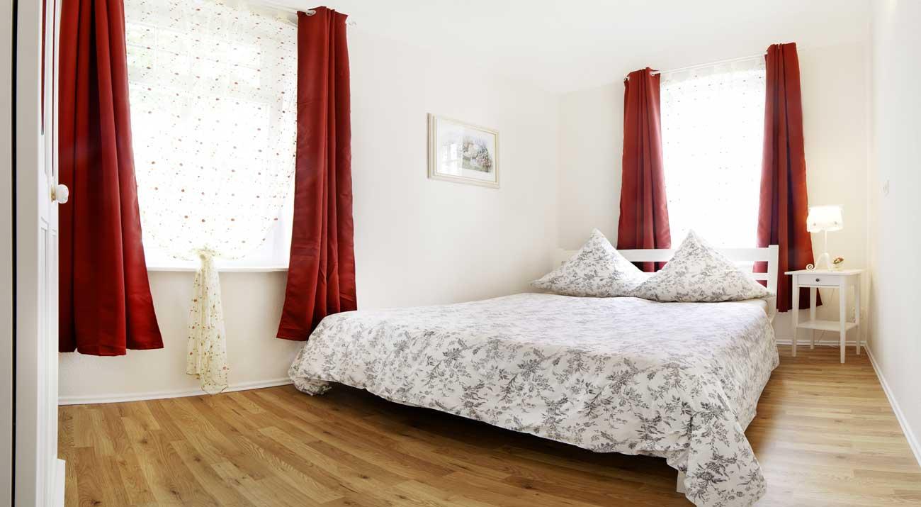 Bett im Schlafzimmer der Ferienwohnung in Suhl von Gabi Moritz