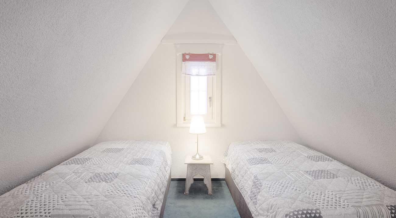 Schlafzimmer im Dachgeschoss in der Ferienwohnung Suhler Loft im Thüringer Wald
